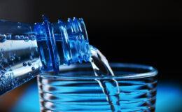 Campanha em prol de beber oito copos de água/dia