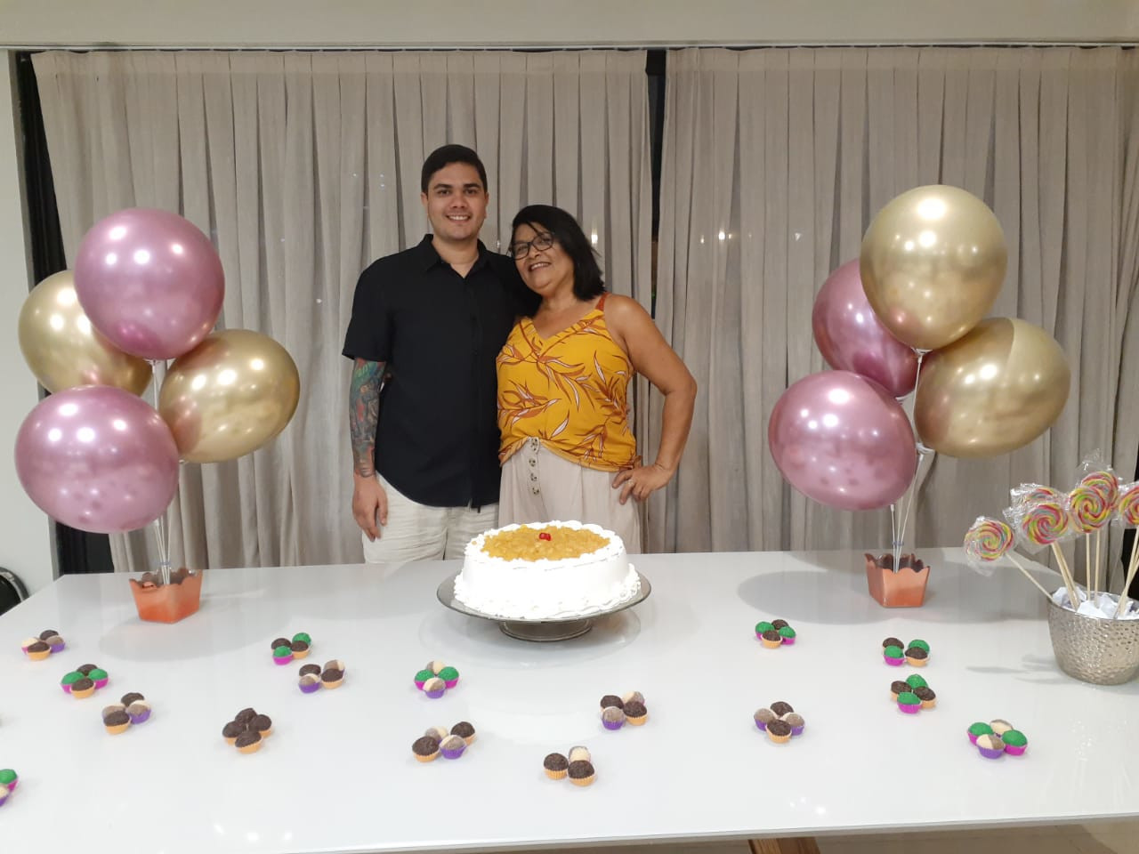 Avani Lelis (viúva de Horaldo Torres Ribeiro) e o filho Henrique