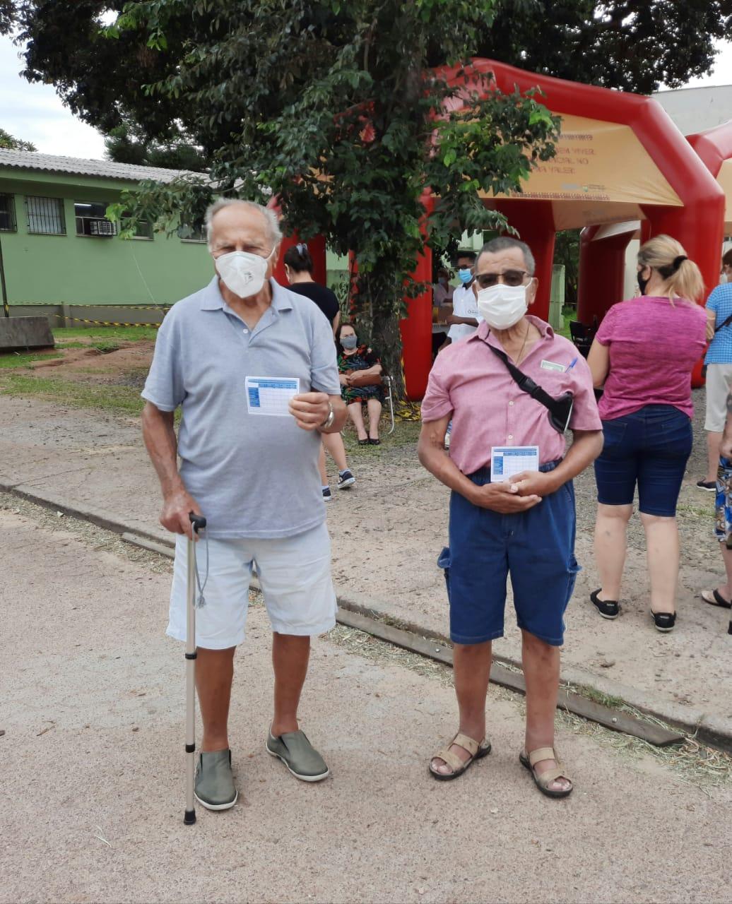 Floriano Fidelis de Souza Soares (direita) e seu amigo
