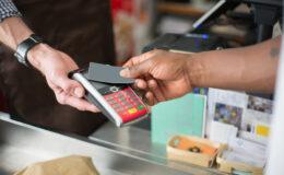 Cartões por aproximação superaram 100 milhões de operações neste ano; O Globo alerta para os riscos de pagamento sem senha e dá dicas de segurança
